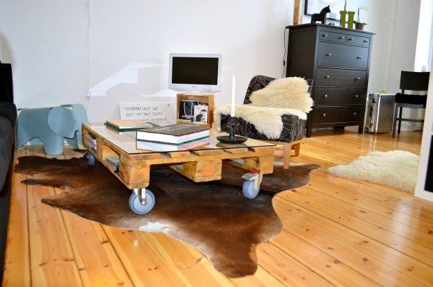 mitglied franziska berlin kombiniert den palettentisch mit verschiedenen tierfellen. Black Bedroom Furniture Sets. Home Design Ideas