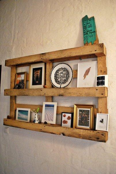bei berit landet eine palette als regal an der wand. Black Bedroom Furniture Sets. Home Design Ideas