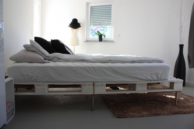 dienen paletten hingegen als bett. Black Bedroom Furniture Sets. Home Design Ideas