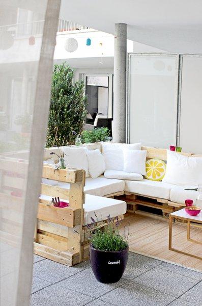 und sammy hat sich aus paletten ein ganzes loungem bel gebaut. Black Bedroom Furniture Sets. Home Design Ideas