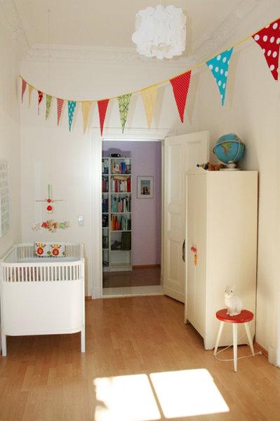 Babyzimmer mit fr hlicher girlande bild this is kati - Girlande babyzimmer ...