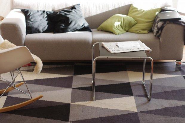 wohnzimmer gestalten oft verkannt und mit f en getreten der wohnzimmerteppich. Black Bedroom Furniture Sets. Home Design Ideas