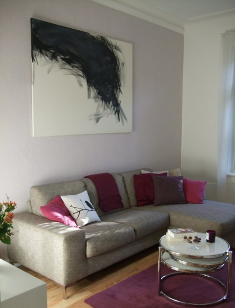 23. Wohnzimmergestaltung mit grauen Sofas: Auch Fans von Rosa und Pink ...