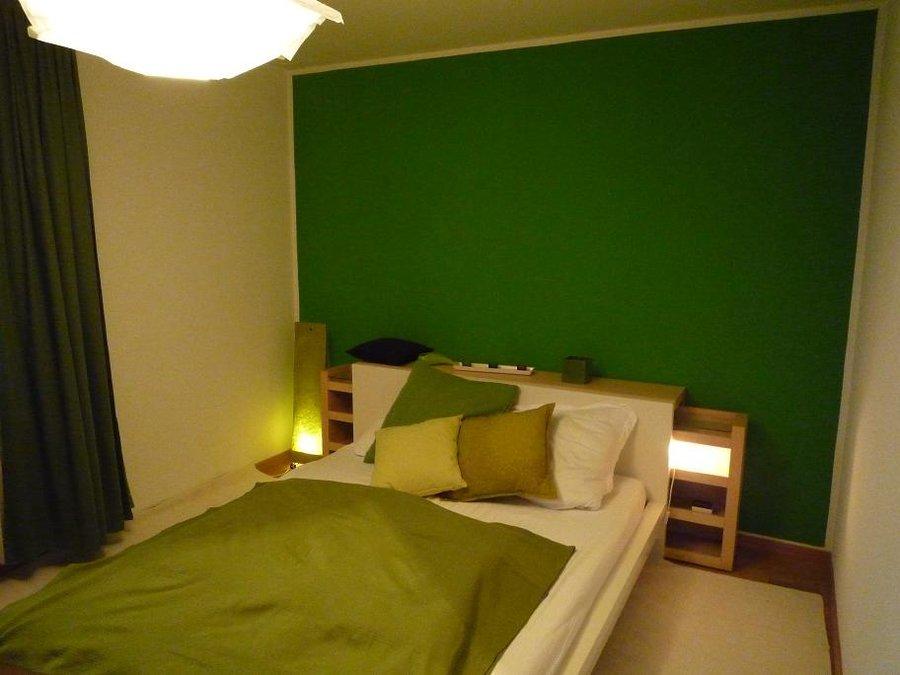 gr nes schlafzimmer. Black Bedroom Furniture Sets. Home Design Ideas