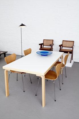 arne jacobsen st hle mit alvar aalto tisch von markanto. Black Bedroom Furniture Sets. Home Design Ideas