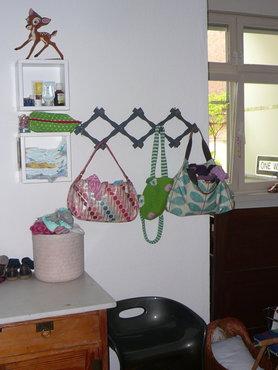 Zweckentfremdete Orla Kiely Taschen zur Aufbewahrung Halstüchern und Strumpfhosen im Kinderzimmer