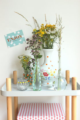 schnelle Blumendeko mit Klebepunkten und alten Gläsern