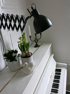 Scherenlampe beleuchtet die Notenblätter am Piano