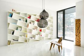 """Schön schief: Das Bücherregal """"Only Books"""", Design: Apartment 8"""