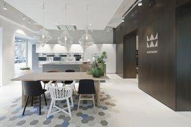 Holzesstisch im Kontrast zum modernen Küchensystem