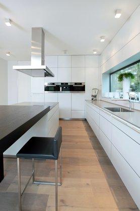 Esstisch als Kontrast zur Küche