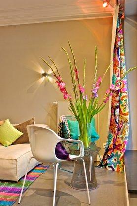 Farbenfrohe Vorhänge, Kissen und Teppich