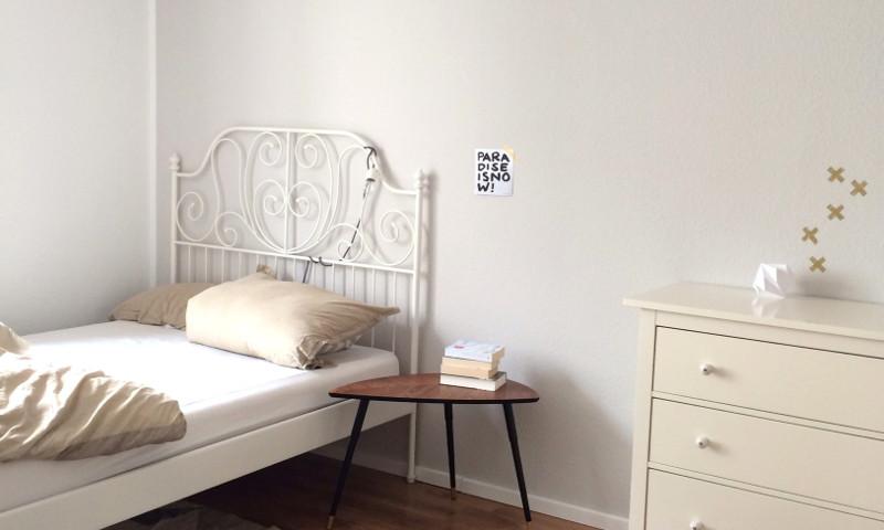 Graues Schlafzimmer Mit Retro Möbeln