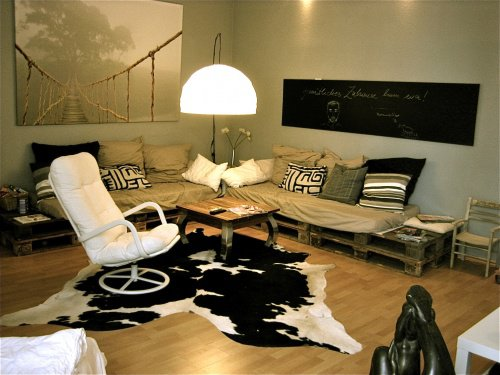 das kuhfell als dekoidee und teppich. Black Bedroom Furniture Sets. Home Design Ideas