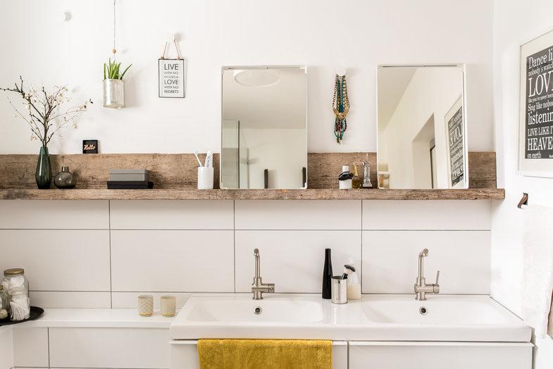 Selbstgebaute Holzablage Im Badezimmer
