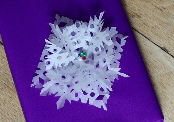 Weihnachtsdeko aus papier schneekristalle als geschenkedeko oder f rs fenster - Weihnachtsdeko am fenster ...