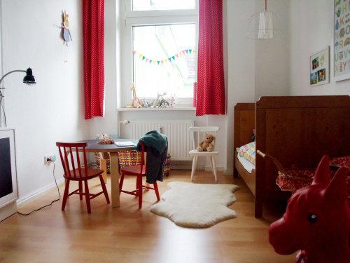 vorh nge f r kinderzimmer ein rollladen aus stoff. Black Bedroom Furniture Sets. Home Design Ideas