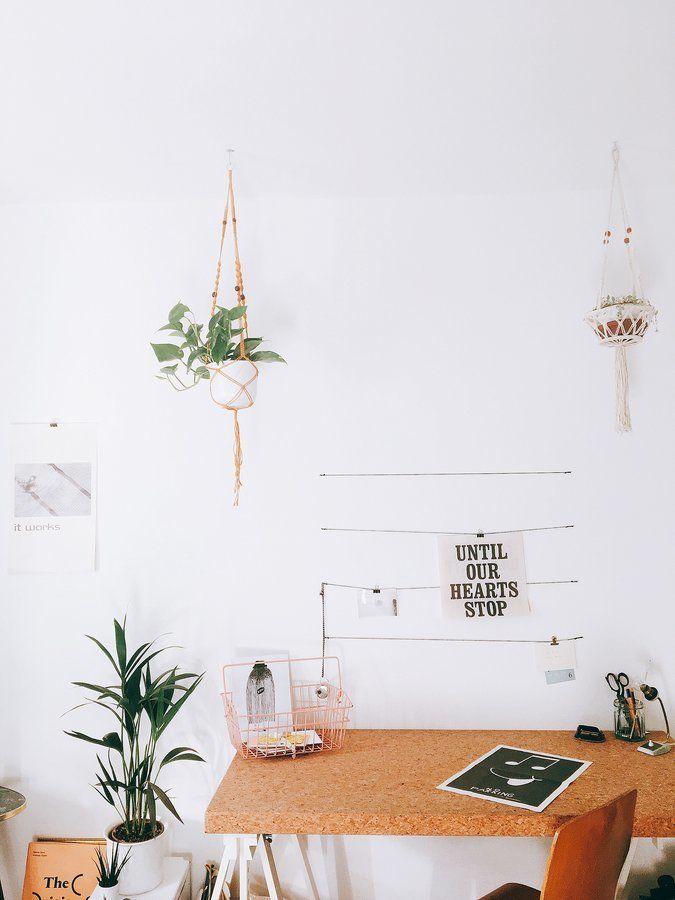 Genauso Kreativ Ist Die Schreibtischplatte Aus Kork, Die Auf Zwei Einfache  Tischböcke Gelegt Ist.