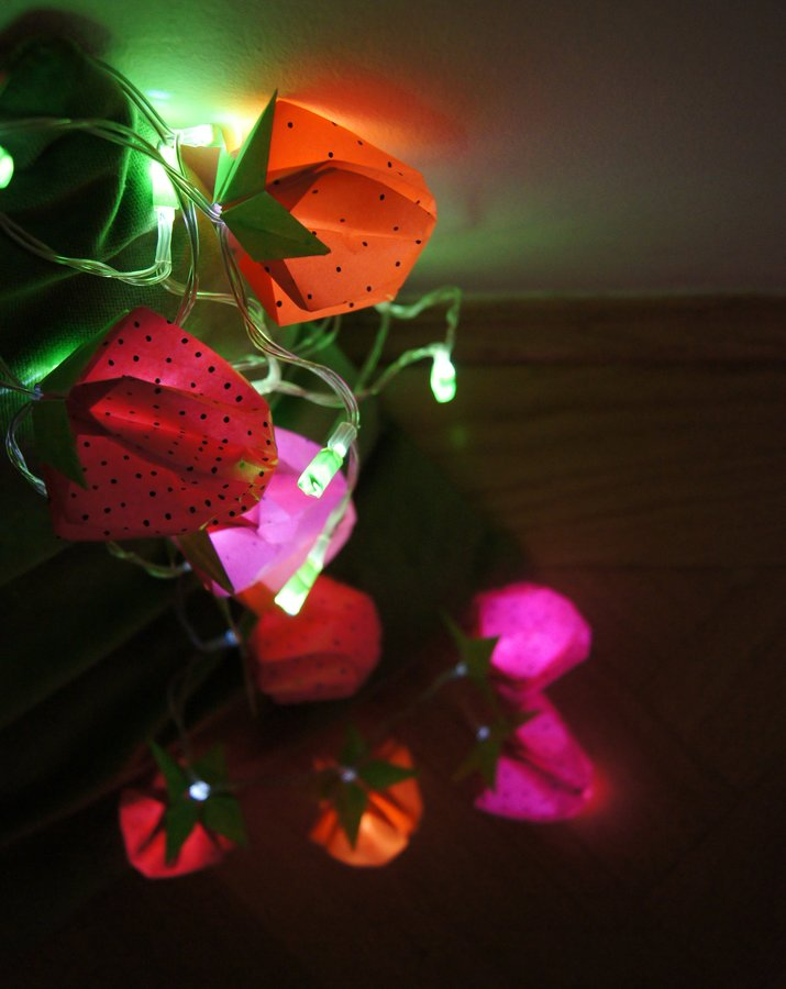 gefaltet erleuchtet tischdeko und lichterkette mit origami erdbeeren. Black Bedroom Furniture Sets. Home Design Ideas