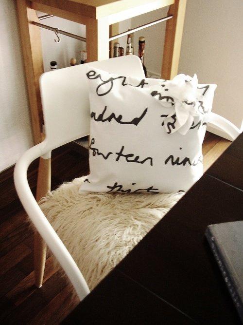 Wohnzimmer Einrichten In Schwarz Weiss Mit Hilfe Verschiedener Materialien ZB Gemtlichem Fell Wirkt Der Starke Kontrast Nicht Zu Heftig
