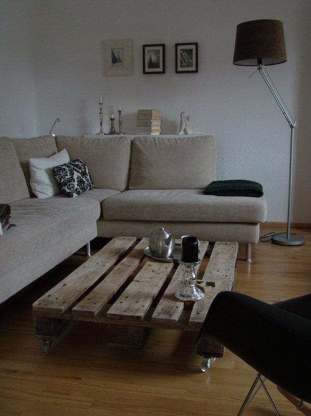 Wohnzimmergestaltung Einen Schnen Kontrast Zum Stoffsofa Setzt Dieser Couchtisch Aus Einer Alten Euro Palette Solche Stilbrche Machen Eine Einrichtung
