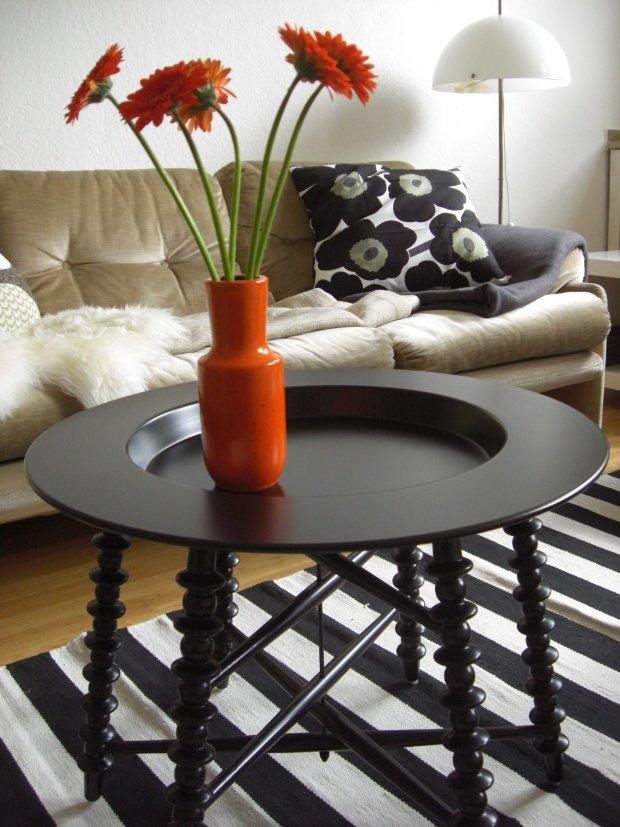 Wohnzimmergestaltung Mit Beigefarbenen Sofas Auch Hier Sorgt Ein Gestreifter Teppich Fr Etwas Abwechslung Der Orange Farbtupfer Macht Ebenfalls Gut