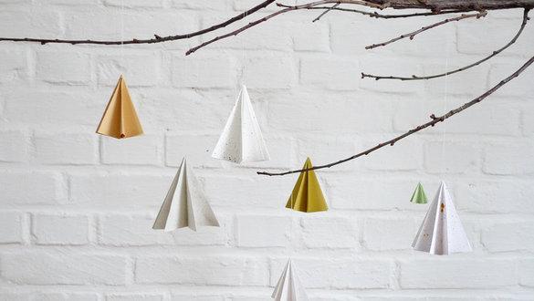 weihnachtsbaumschmuck basteln perlen kette kleben tüll schleife