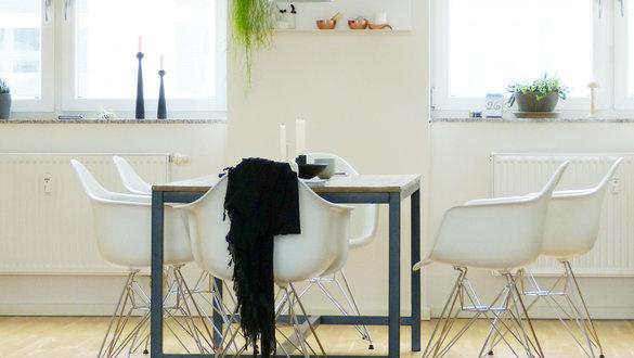 Design Esszimmerstühle gelb weiß Pendelleuchte Holztisch Küchenzeile mit Elektrogeräten