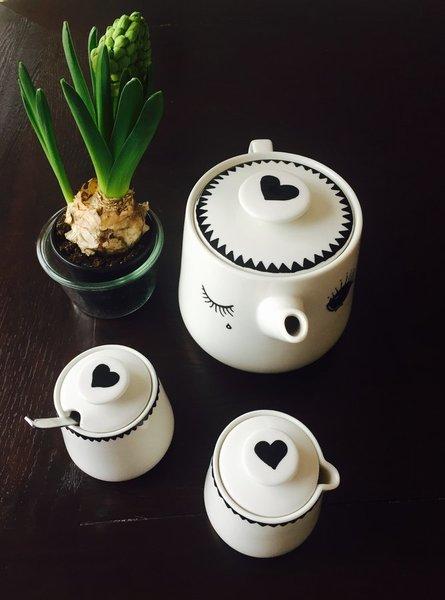 ... Kann Man Mit Dieser Idee Von Mitglied Steinchen01: Mit Einem  Porzellanstift Hat Sie Ihr Teeservice Mit Einer Bezaubernden Illustration  Aufgehübscht.
