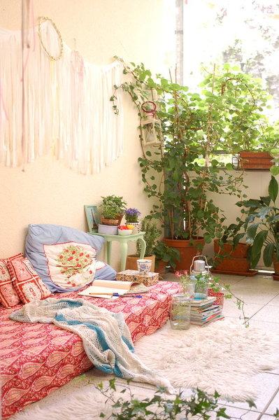 ... Viele Balkonpflanzen Arrangiert Und Die Wand Mit Einem DIY Wandbehang  Dekoriert   Fertig Ist Die Outdoor Kuschelecke Im Boho Stil!
