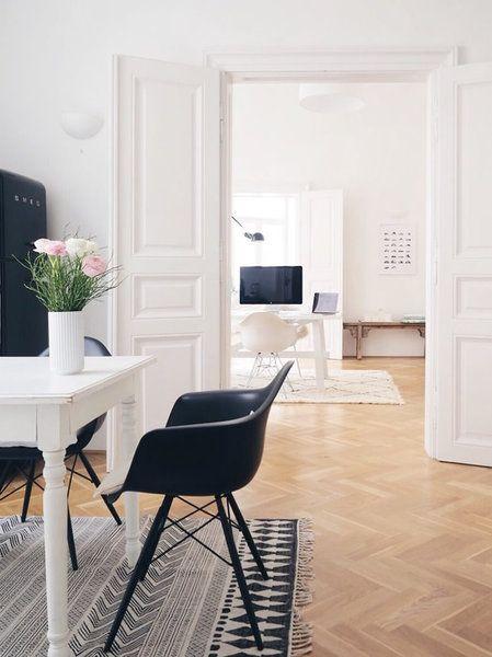 ... Schwarze Armchair Mit Holz  Und Drahtuntergestell Platz Und Bei  @Siglinchen In Stockholm Stehen Die Eames Plastic Chairs In  Unterschiedlichen Farben.