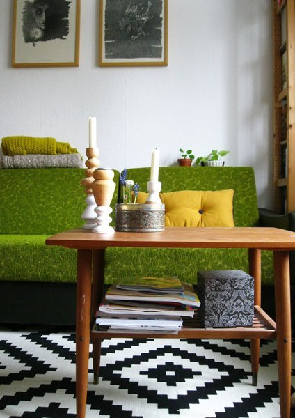 Im Wohnzimmer Von @shellywebster Wird Das Grüne Vintage Sofa Mit Einem  Modernen Schwarz Weiß Gemusterten Teppich Kombiniert.