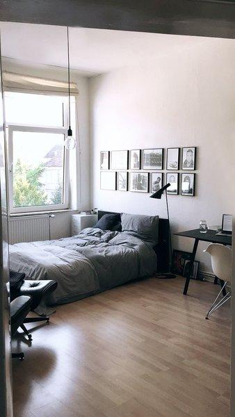 bilder aufh ngen die richtige anordnung. Black Bedroom Furniture Sets. Home Design Ideas