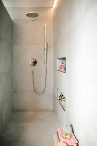 Passend Zur Frei Stehenden Badewanne Ist Bei @Kerstin S. Die Begehbare  Dusche Offen Und Bodeneben Gestaltet. Die Traumhafte Ebenerdige Walk In  Dusche Von ...