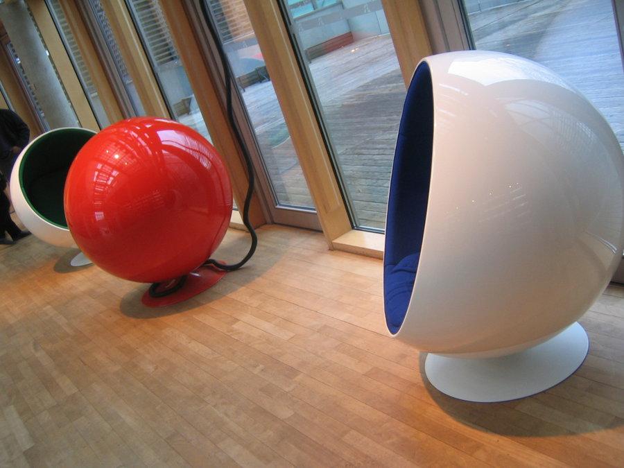 eero arnios ball chair 1963 ein komfortabler kugelsessel. Black Bedroom Furniture Sets. Home Design Ideas
