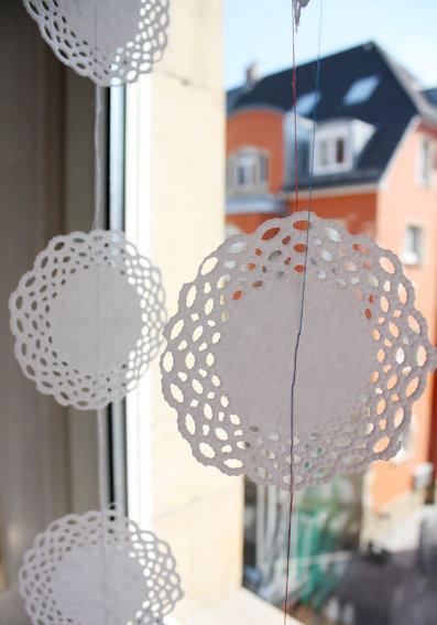 bastelideen mit papier vorhang aus papier kaffeedeckchen. Black Bedroom Furniture Sets. Home Design Ideas