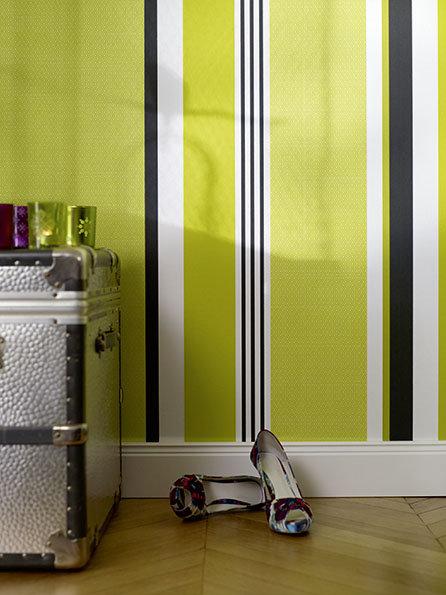 Schlafzimmer Wanddesign mit regelmäßigen Querstreifen pink grau