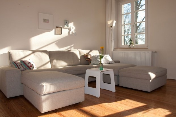 wohnzimmergestaltung sofas in beige und anderen hellen
