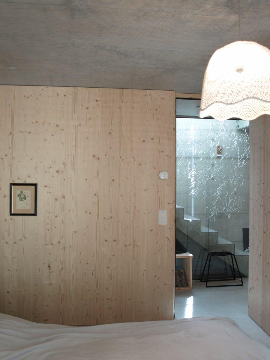 Die fichtenholz verkleidung der wände ist herausforderung und ...