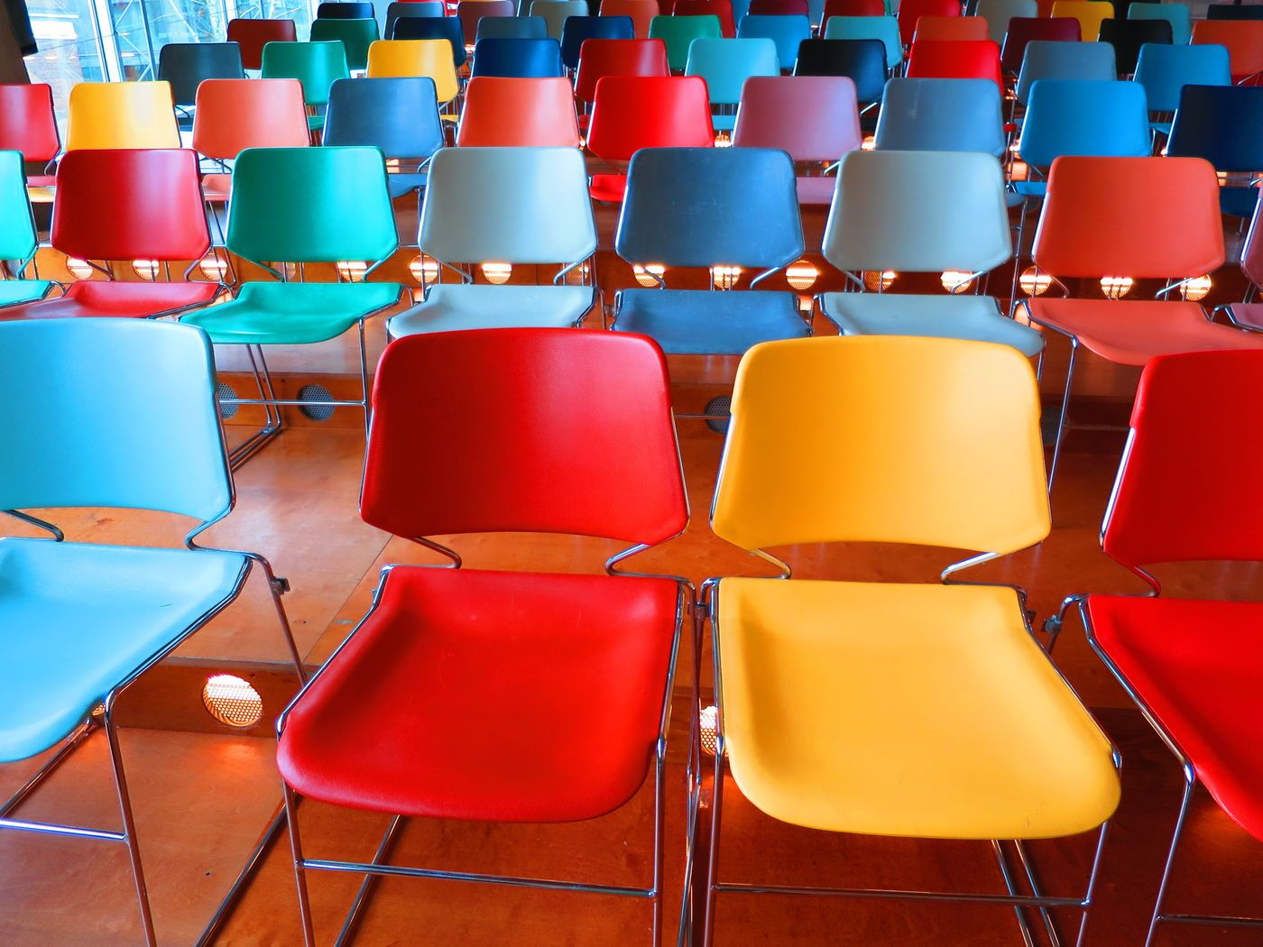 Stühle. So Bunt Wie Das Leben
