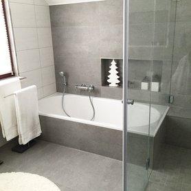 badezimmer halbhoch gefliest grau ihr traumhaus ideen. Black Bedroom Furniture Sets. Home Design Ideas