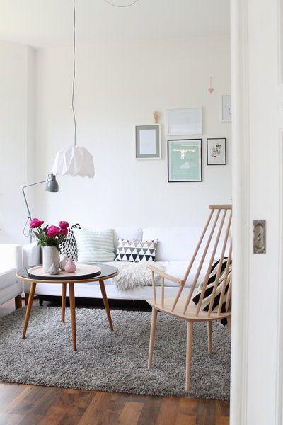 Die Farbe Weiß Dominiert Die Einrichtung Im Wohn , Und Schlafzimmer, Die  Durch Eine Schöne Schiebetür Getrennt Werden. Tisch: Vintage; Stuhl: Hay;  ...