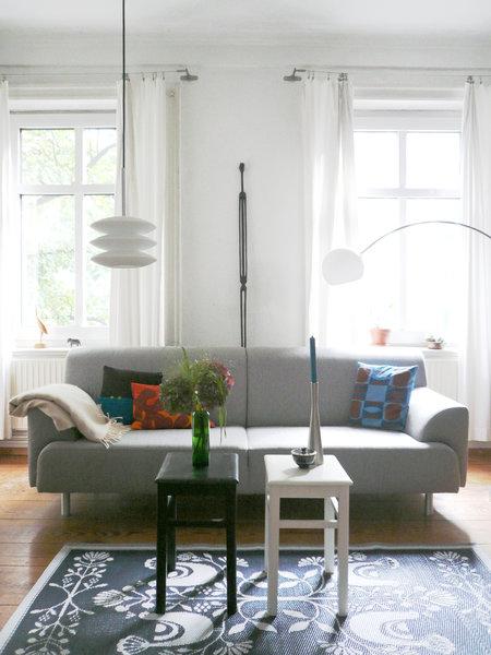 Fantastisch Traumraum Wohnzimmer: Um Den Mittelpunkt Sofa Gruppieren Sich Erinnerungen  Und Erbstücke. Liseleje Dekoriert Mit Fundstücken Aus Natur Und Meer, ...