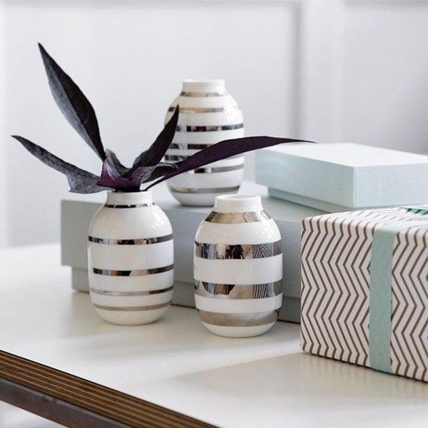 mint hellblau und graugrn lassen sich wunderbar mit allen glnzenden materialien kombinieren zum beispiel mit den omaggio vasen in silber von khler